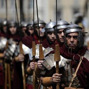Pasukan Romawi mengungsikan paulus karena kemarahan jemaat yerusalem dan yahudi diaspora.
