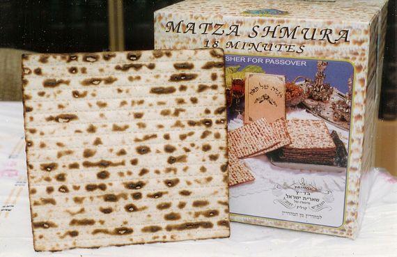 Matzo, pengganti tradisional untuk roti yang dimakan pada saat hari raya Pesakh.
