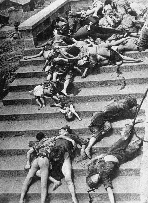 Korban perang pada masa lalu.foto 5 juli 1941 oleh Carl maydans memperlihat kan korban bertumpuk sipil cina korban pemboman jepang yang mati tercekik asap pada pemboman di Chongqing.25000 jiwa tewas saat itu